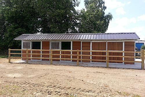 Outdoor stables Z type – Saddleback roof